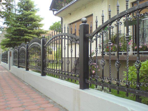 Красивый металлический забор для загородного дома