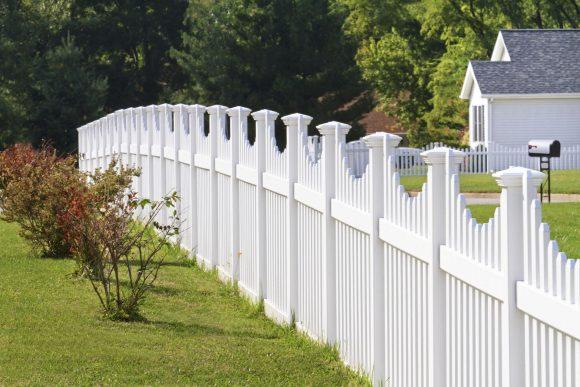 Белый деревянный дачный забор