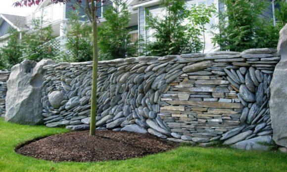 Стильный забор из природного камня