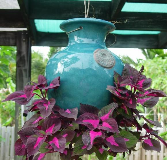 Оригинальный подвесной цветник под крышей беседки