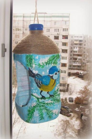 Кормушка из пятилитровой пластиковой бутылки