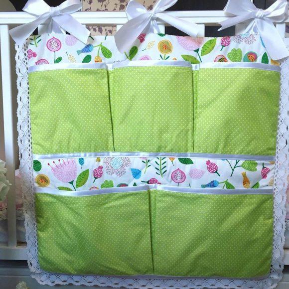 Органайзер на детскую кроватку из зеленой ткани в горошек