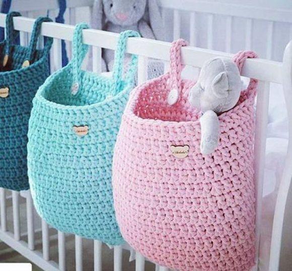 Вязаные мешочки-органайзеры для детской кроватки