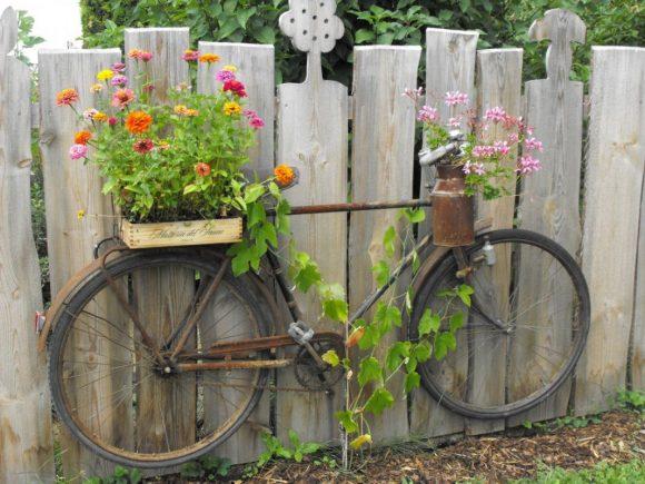 Клумба из велосипеда на даче