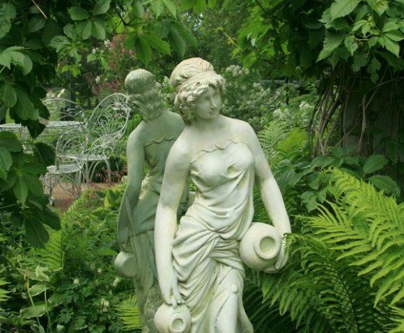Красивые скульптуры в саду