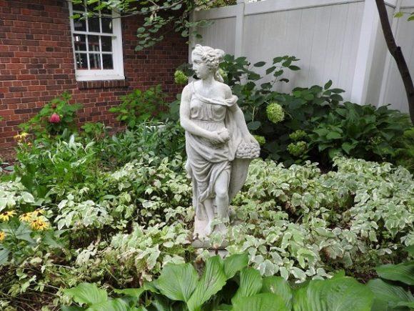 Скульптура на участке загородного дома