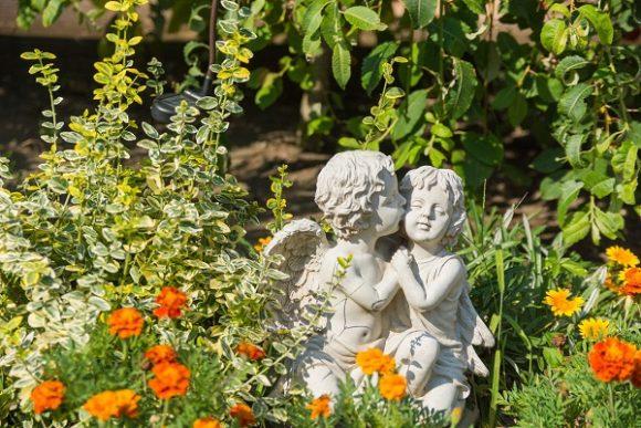 Скульптура на цветочной клумбе