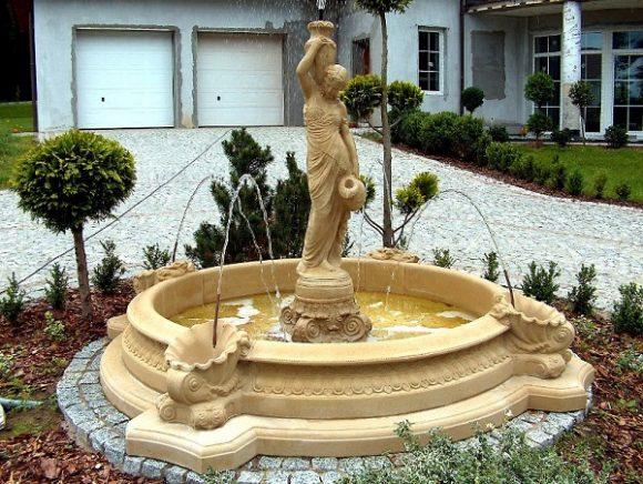 Фонтан с классической скульптурой