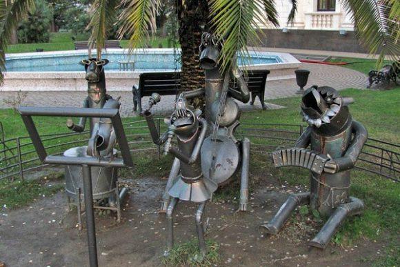Металлическая скульптура на дачном участке