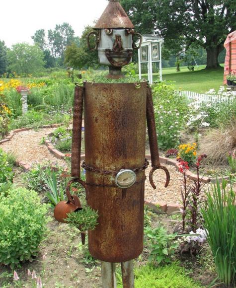 Скульптура из металлолома на дачном участке