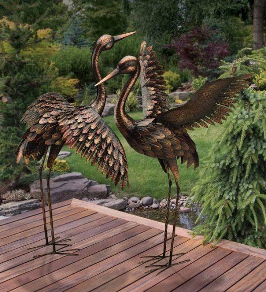 Металлическая скульптура у дачного пруда
