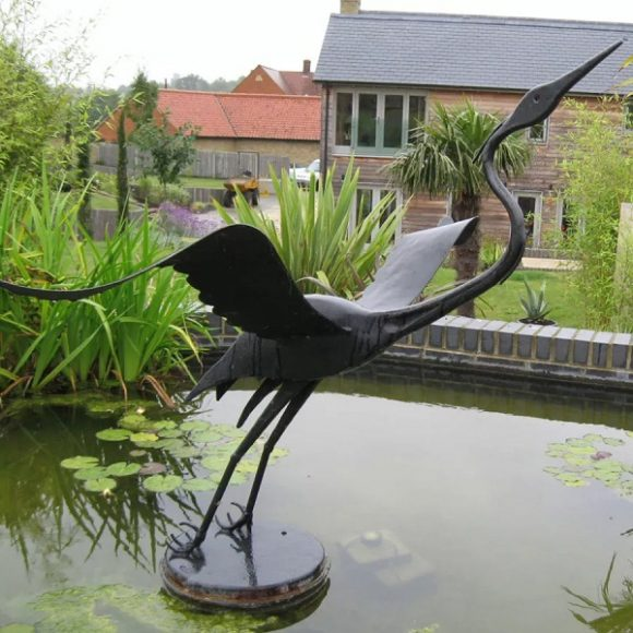 Металлическая скульптура в дачном пруду