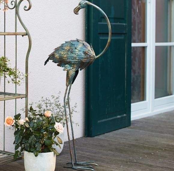 Металлическая скульптура у дачного дома
