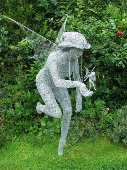 Садовая скульптура из проволоки и сетки