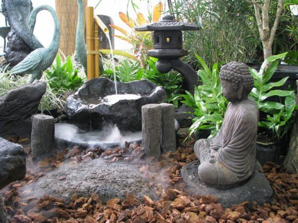 Каменные скульптуры в саду японского стиля