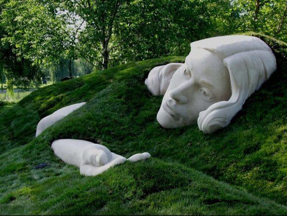 Оригинальная каменная скульптура на холме садового участка