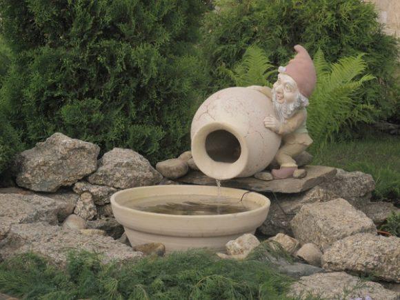 Эффектный каменный фонтанчик в саду