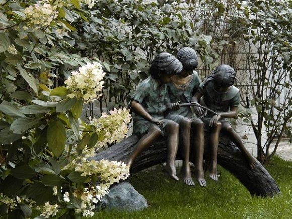 Деревянная скульптура на дачном участке