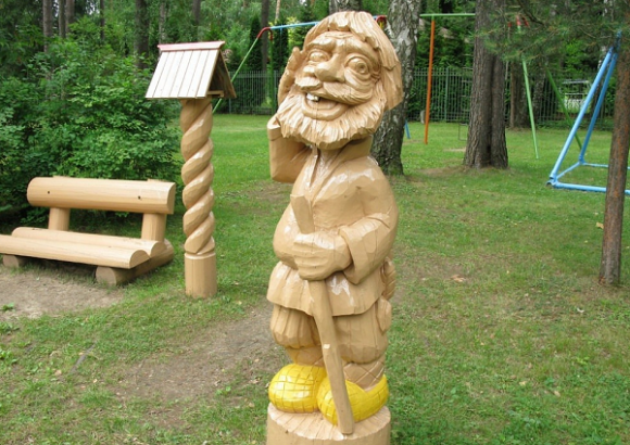 Деревянная скульптура на детской площадке