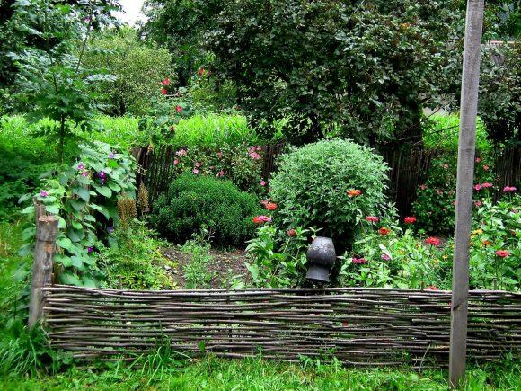 Колоритный цветник в саду деревенского дизайна