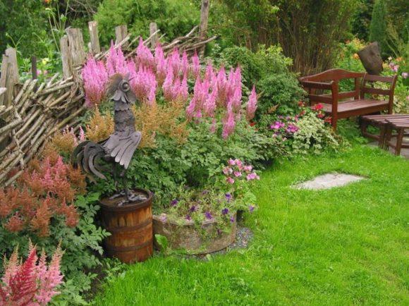 Лавочка в саду деревенского стиля
