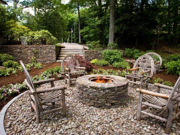 Зона отдыха в саду деревенского дизайна