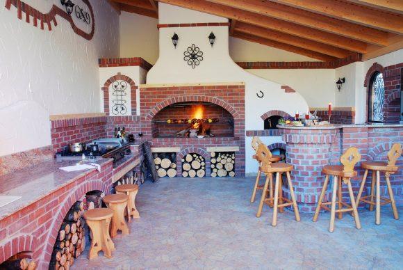Стильная печь в летней кухне