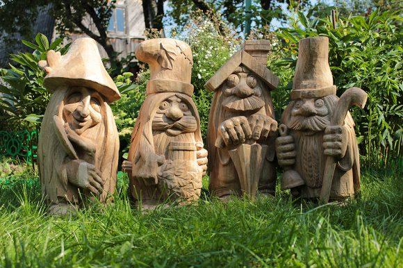 Деревянные скульптуры для участка русского дизайна