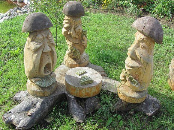 Скульптурная композиция на участке сельского дизайна