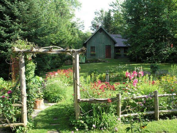 Колоритный дачный забор в деревенском стиле