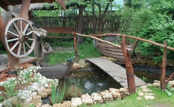 Искусственный ручей в деревенском ландшафте
