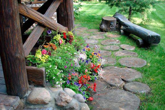 Дорожка в саду деревенского дизайна