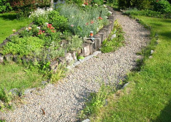 Дорожка в саду деревенского стиля