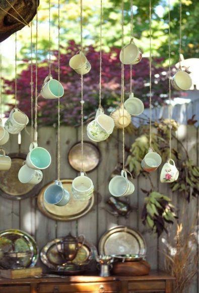 Подвешенные чашки как элемент декора