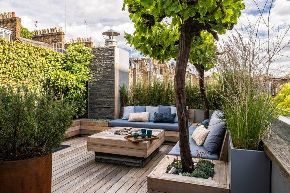 Сад на плоской крыше большого дома