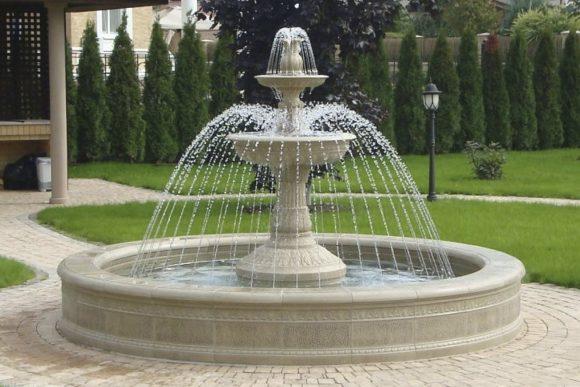 Классический фонтан во дворе загородного дома