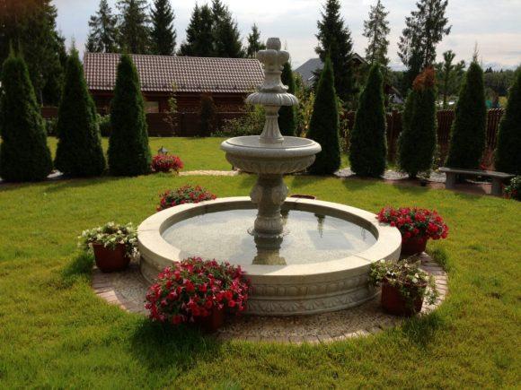 Традиционный фонтан на дачном участке