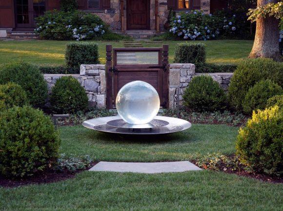 Необычный дизайнерский фонтан в форме шара