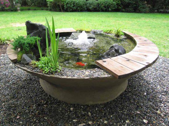 Небольшой фонтан с круглой лавочкой