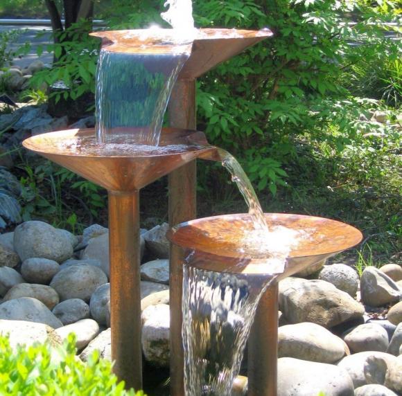 Металлический каскадный фонтан на рокарии