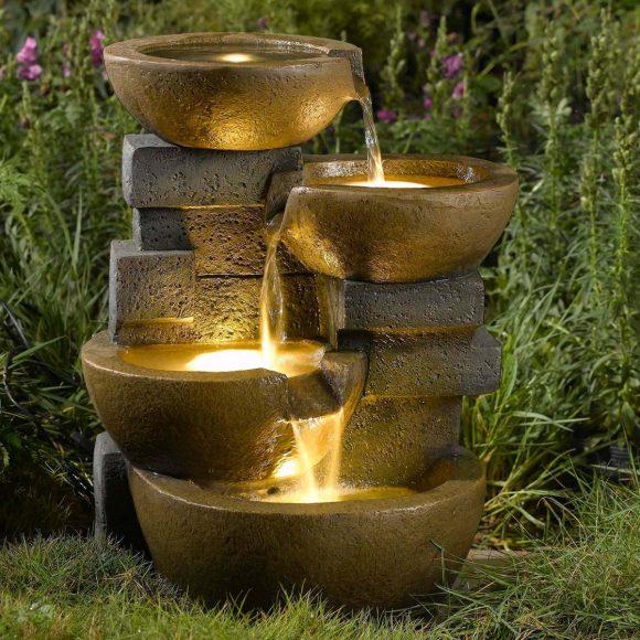 Красиво подсвеченный фонтан на дачном участке