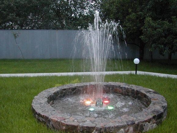 Световой фонтан на газоне