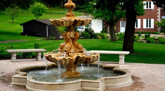 Две лавочки у красивого фонтана