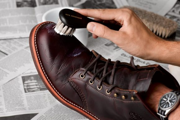 Мужчина чистит ботинок