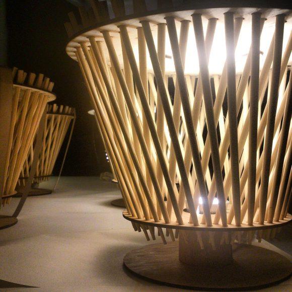 Лампа с абажуром из палочек для суши
