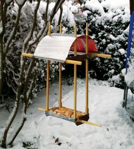 Кормушка для птиц из палочек для суши и металла