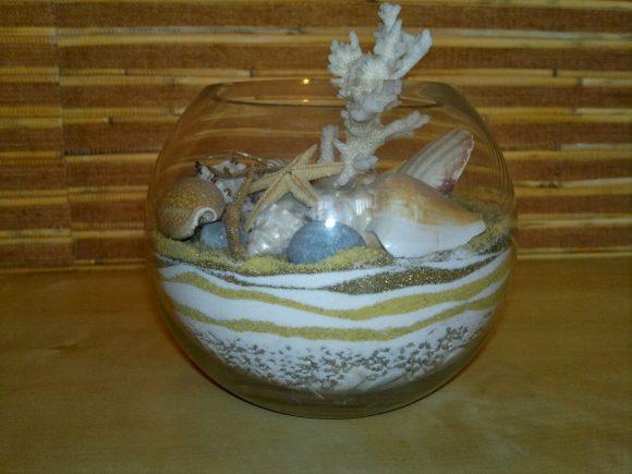 Цветной песок в вазе с дарами моря