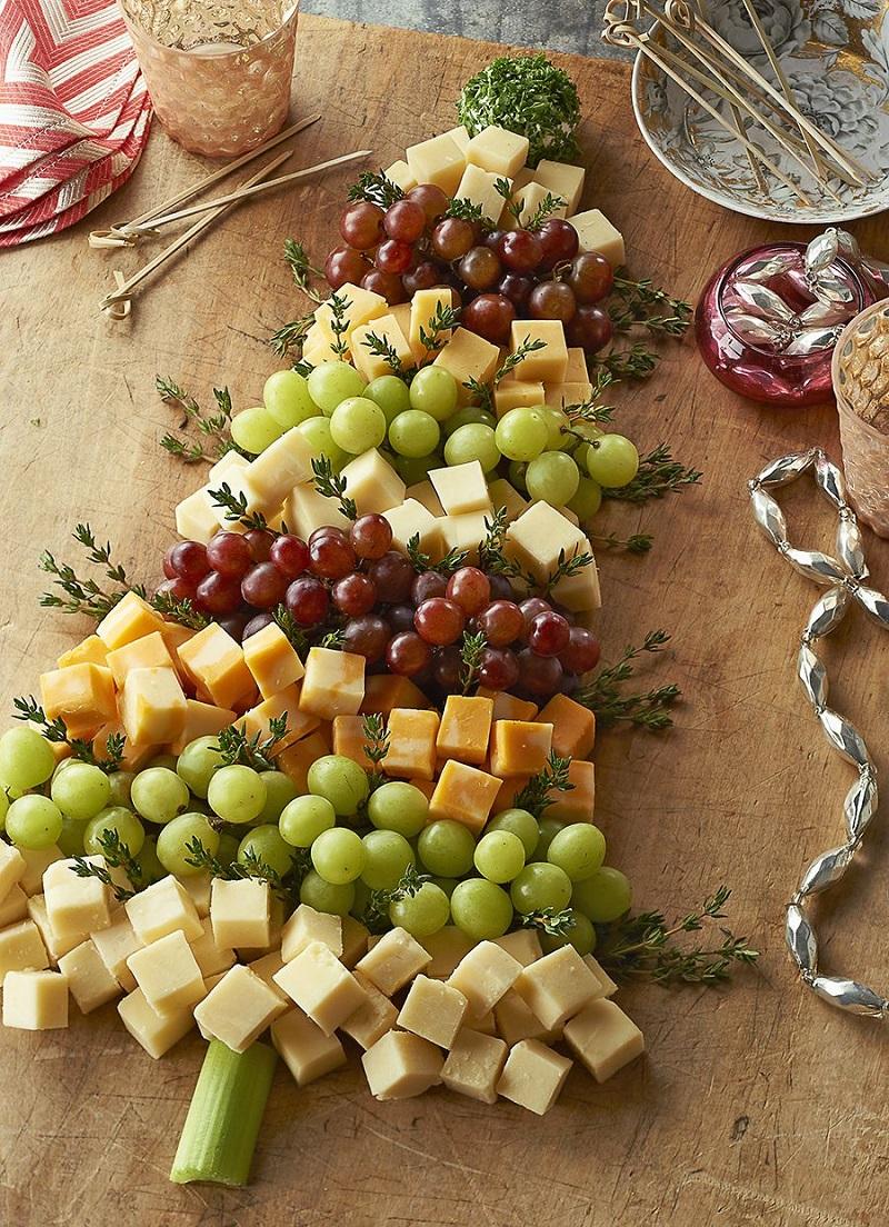 Елка из сыра и винограда