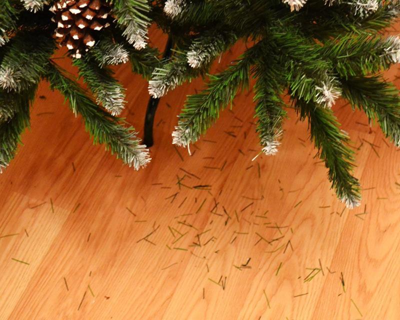 Чем собрать с пола иголки от елки: 3 простых способа