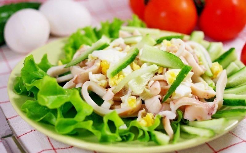 5 вкуснейших новогодних салатов с кальмарами: гости будут вспоминать весь год